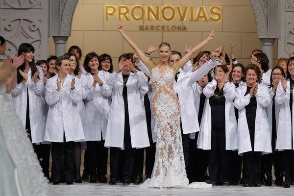 PRONOVIAS FASHION SHOW 2015: LA FÁBRICA DE LOS SUEÑOS pronovias2015_22_600x400