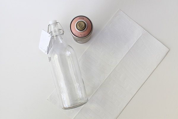 DIY: Números de mesa en botellas de cristal seating_botellas_2_600x401