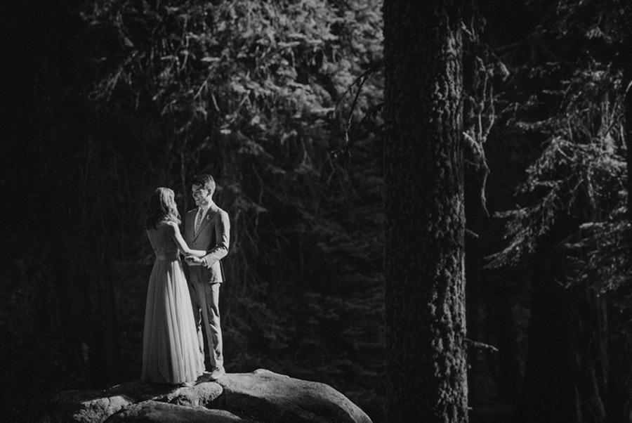 JULIA & JEFFREY: UNA SENCILLA BODA EN EL BOSQUE novios-boda-bosque