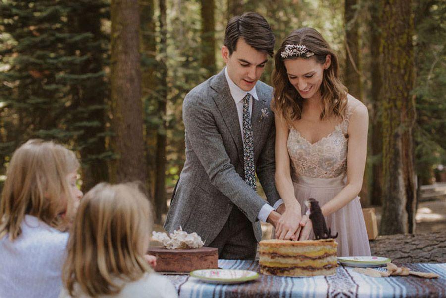 JULIA & JEFFREY: UNA SENCILLA BODA EN EL BOSQUE novios-picnic