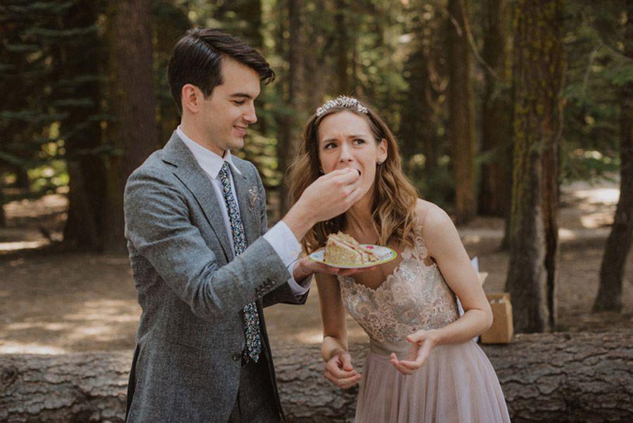 JULIA & JEFFREY: UNA SENCILLA BODA EN EL BOSQUE picnic-novios