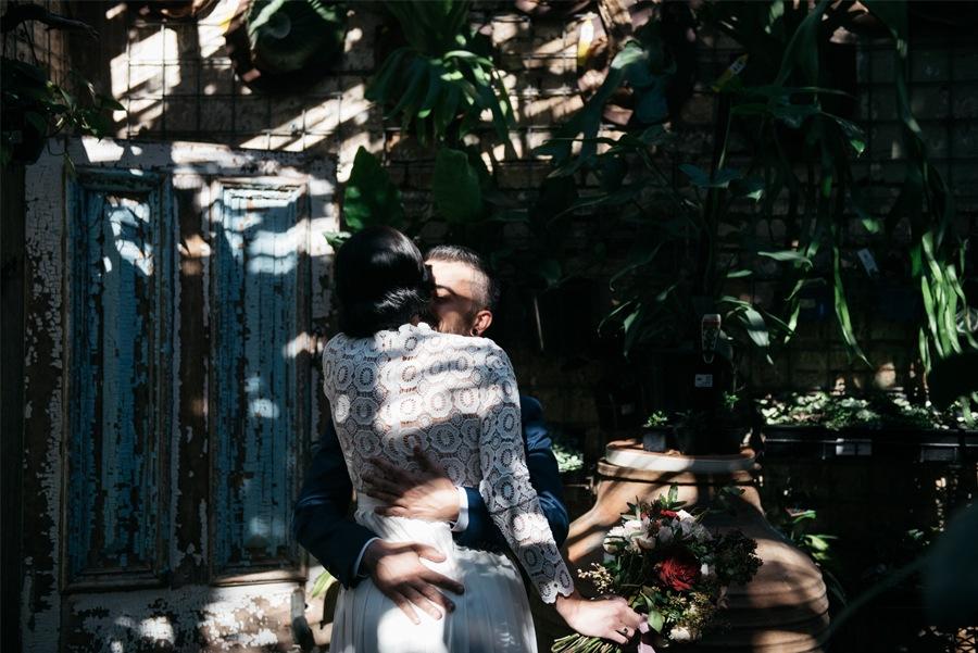 NATASHA & RAMON: ROMÁNTICA BODA EN UN ESPACIO SINGULAR novios-beso