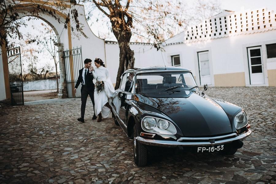 UNA BODA ÍNTIMA EN PORTUGAL coche-novios