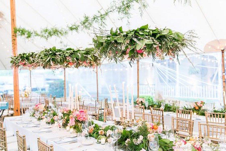 INSPIRACIÓN: CANDELABROS DE FLORES SUSPENDIDOS boda-candelabro-flores
