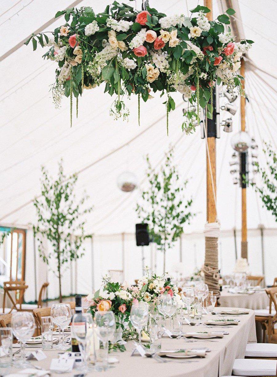 INSPIRACIÓN: CANDELABROS DE FLORES SUSPENDIDOS bodas-candelabros-flores
