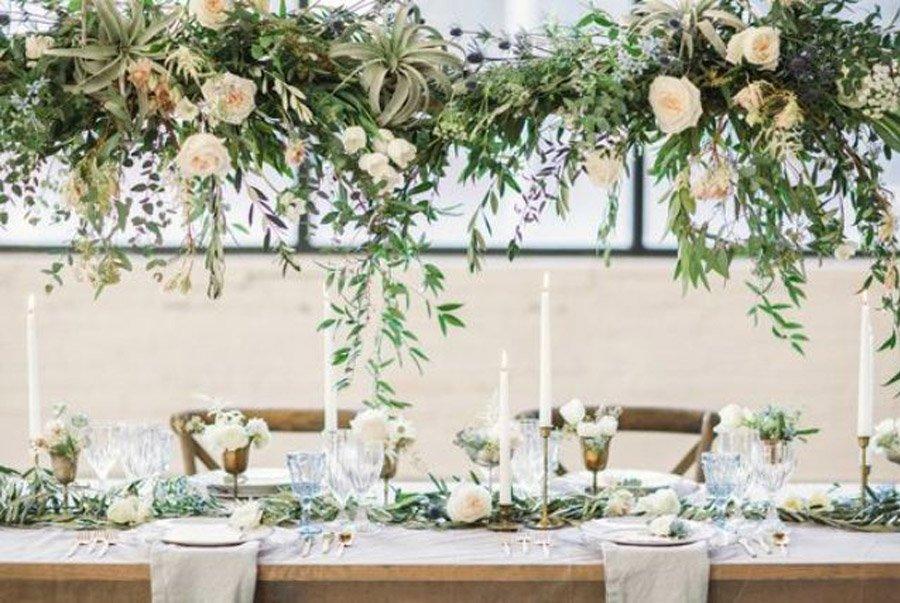 INSPIRACIÓN: CANDELABROS DE FLORES SUSPENDIDOS candelabro-de-flores-bodas