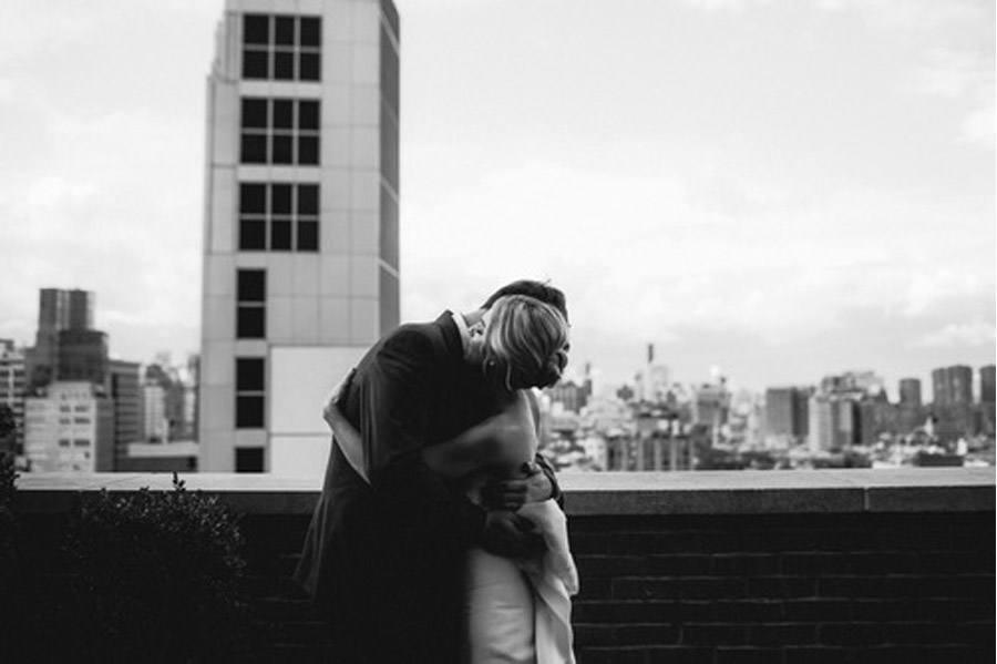 HAYLEY & CHRIS: ROMÁNTICA BODA EN NUEVA YORK novios-azotea