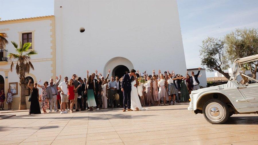 MARIE & JULES: DE NAMIBIA A FORMENTERA (Parte I) invitados-iglesia