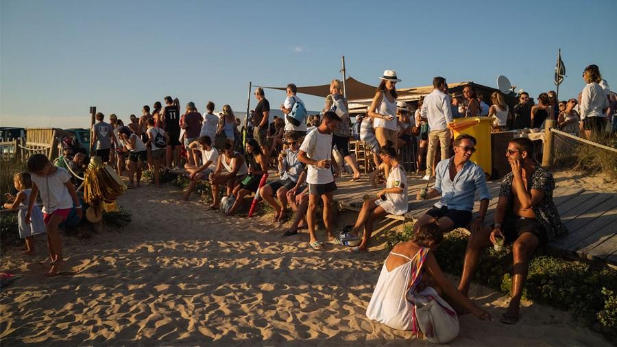 MARIE & JULES: DE NAMIBIA A FORMENTERA (Parte I) invitados-playa