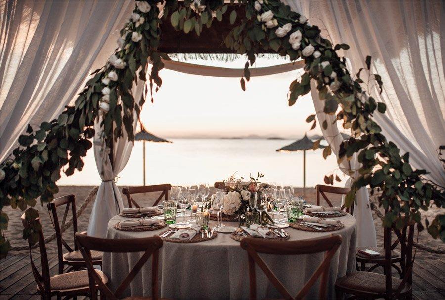 CAROLE & TARAS: DE SUIZA AL MEDITERRÁNEO banquete-boda-playa