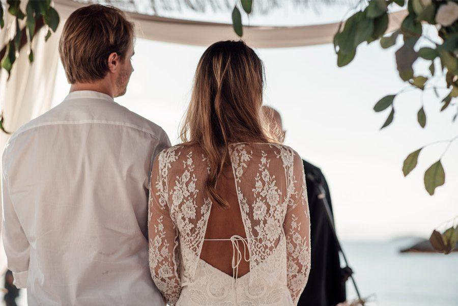 CAROLE & TARAS: DE SUIZA AL MEDITERRÁNEO boda-playa-ceremonia