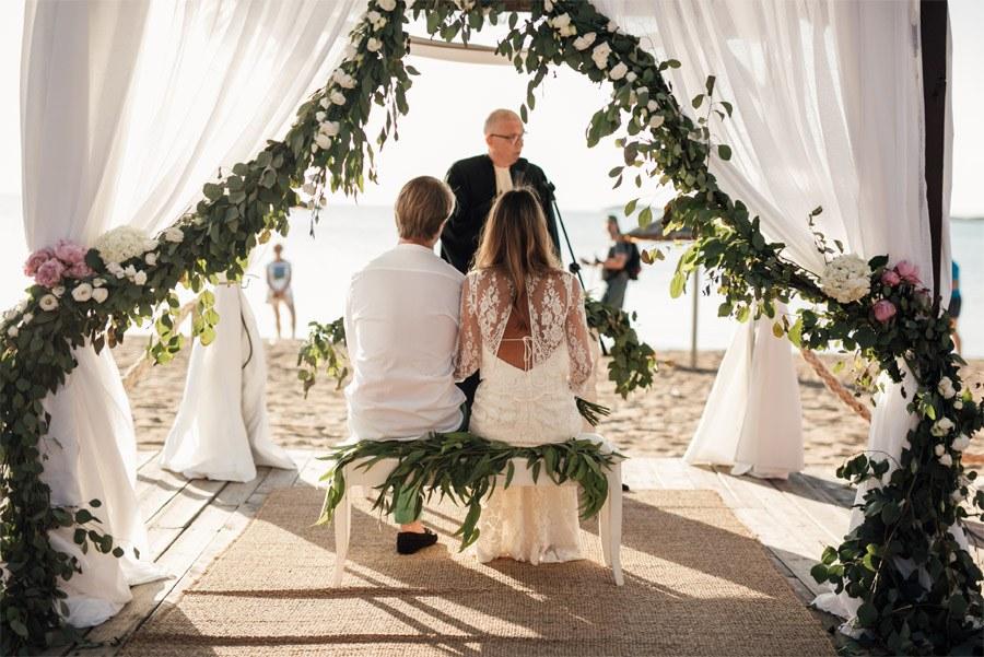 CAROLE & TARAS: DE SUIZA AL MEDITERRÁNEO ceremonia-boda-playa