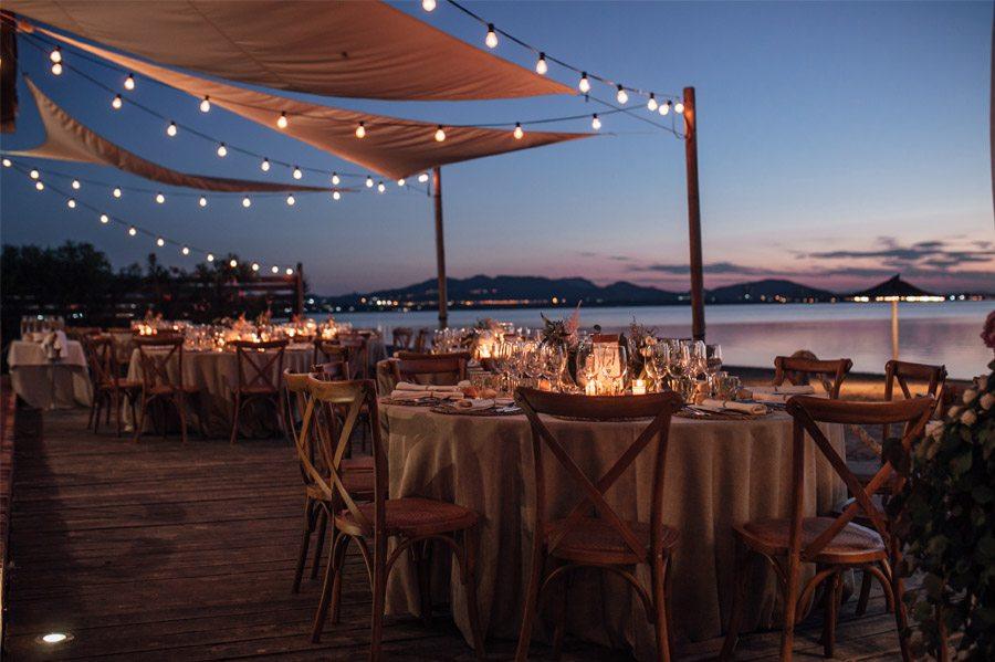 CAROLE & TARAS: DE SUIZA AL MEDITERRÁNEO mesas-boda-playa