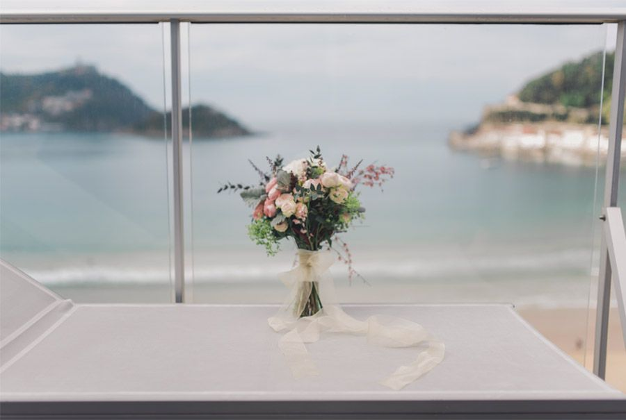 DAVID & ANDREA: DESTINATION ELOPEMENT WEDDING EN SAN SEBASTIÁN ramo-novia