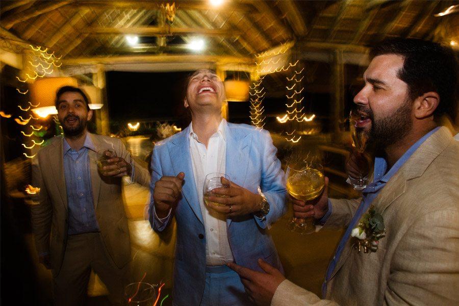 VALENTINA & OMAR: SAFARI WEDDING amigos-novio