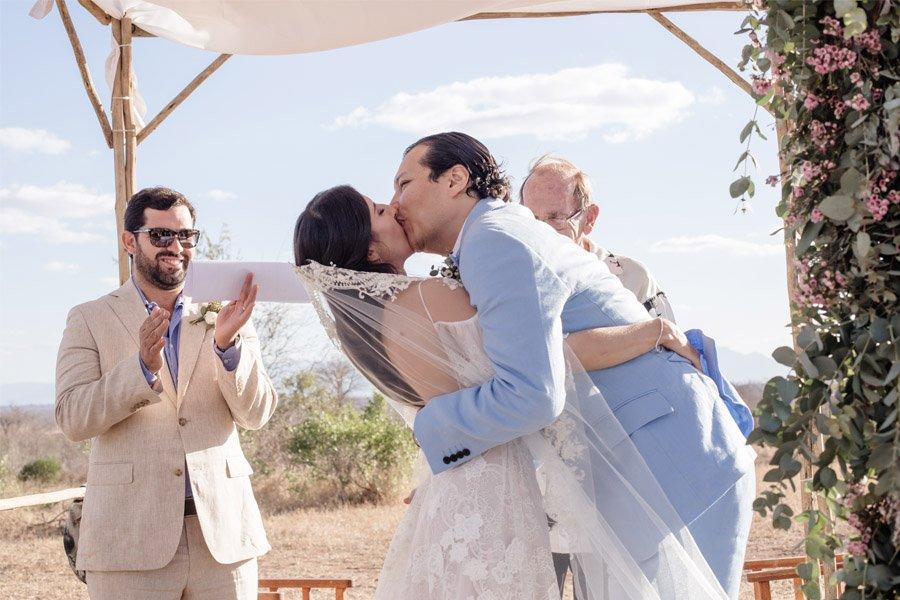 VALENTINA & OMAR: SAFARI WEDDING beso-novios-1