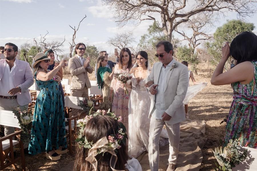 VALENTINA & OMAR: SAFARI WEDDING entrada-novia