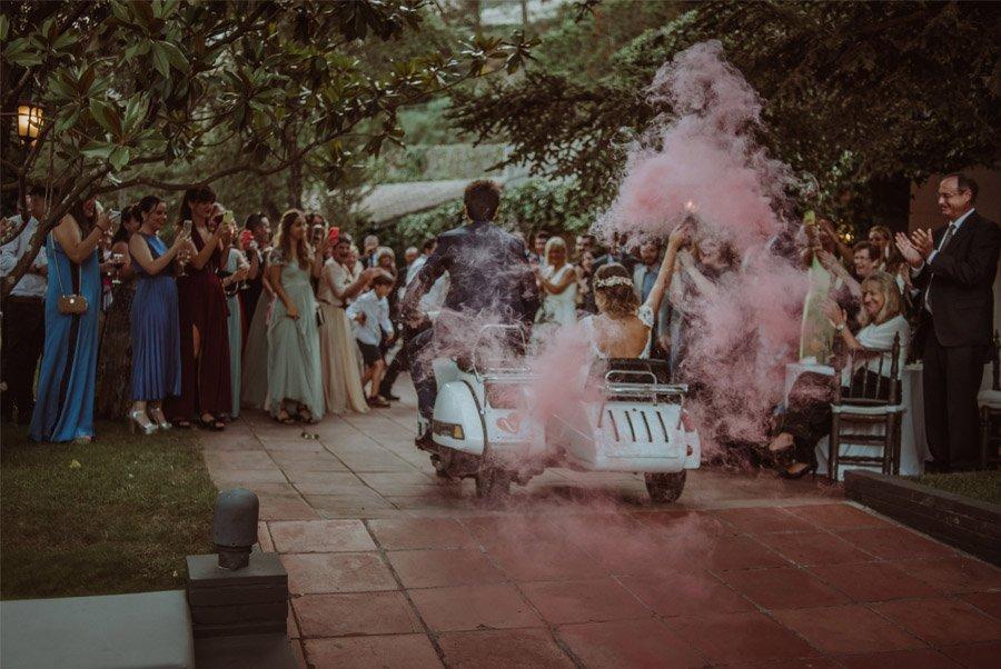 GERARD & YOLANDA: PENGUINS WEDDING novios-vespa