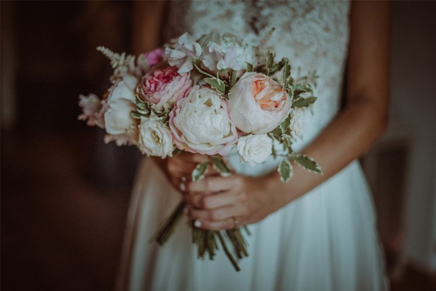 GERARD & YOLANDA: PENGUINS WEDDING ramo-novia