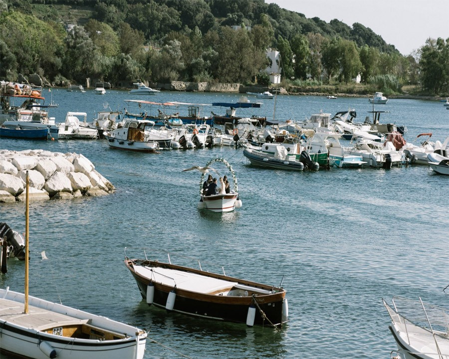 GEA & VALERIO: BODA EN NÁPOLES novios-llegada-barca