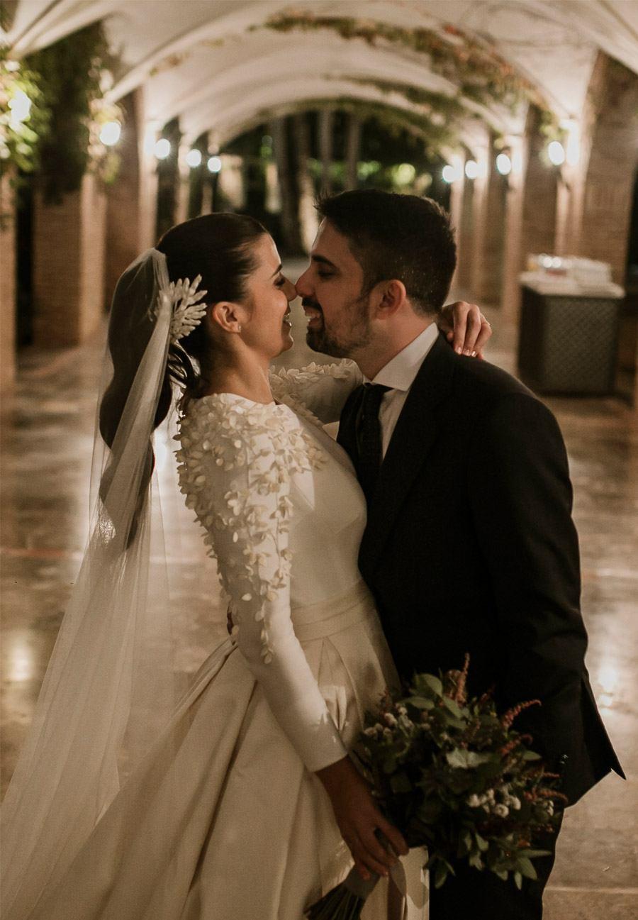 Mª CARMEN & DANI: UNA BODA LLENA DE LUZ abrazo-novios
