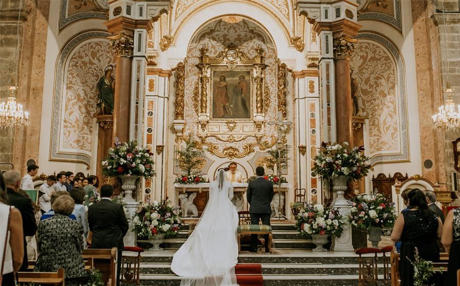 Mª CARMEN & DANI: UNA BODA LLENA DE LUZ novios-iglesia