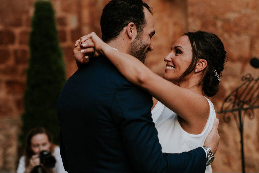 ANDREA & ADRIANO: UNA BODA LLENA DE LUZ abrazo-novios