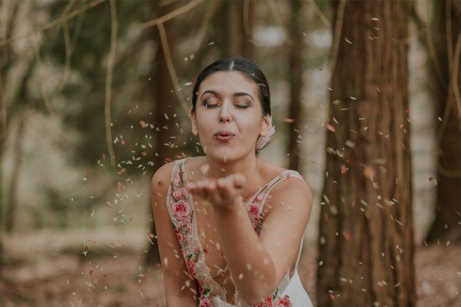 BODA MÁGICA EN EL BOSQUE beso-novia