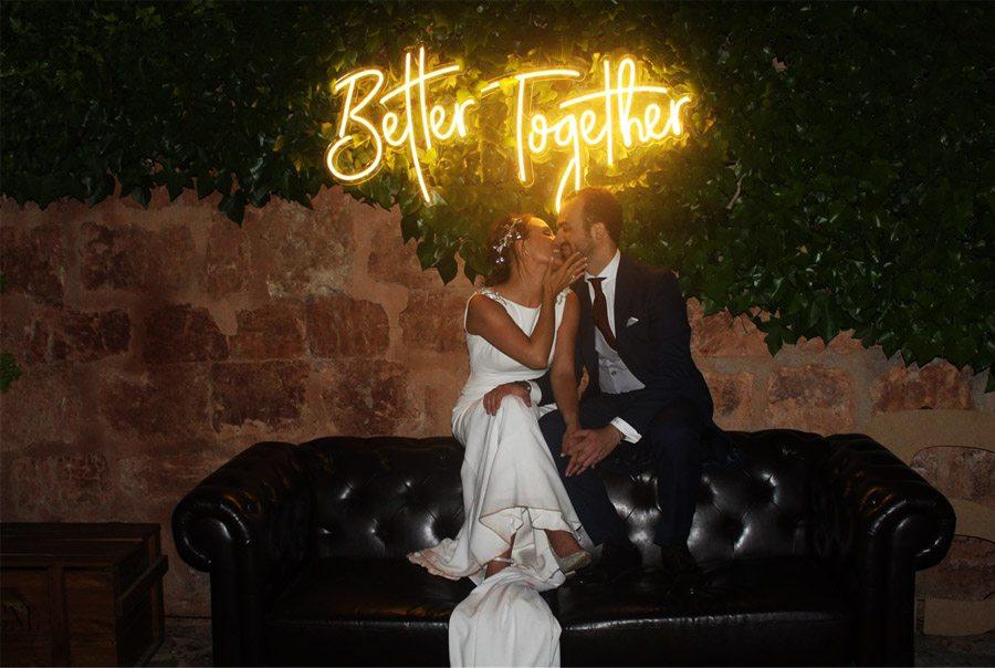 ANDREA & ADRIANO: UNA BODA LLENA DE LUZ neon-boda