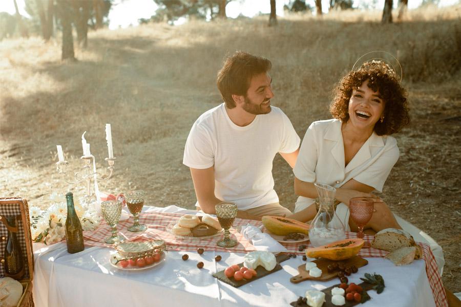 APUESTA POR UNA BODA PICNIC novios-picnic
