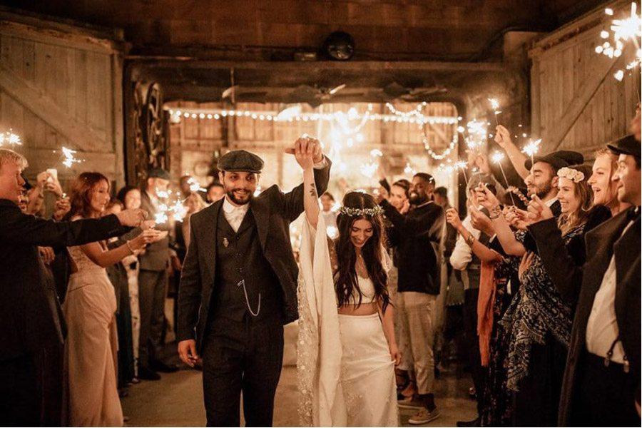 MÉLANIE & THIBAUT: UNA BODA BOHEMIA EN LA REGIÓN DE PARÍS bengalas-boda