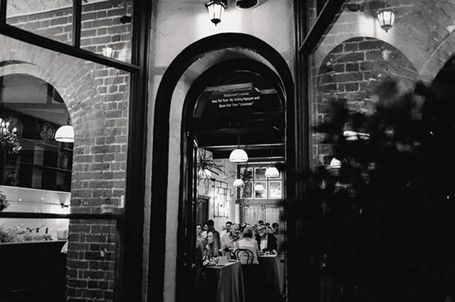 HOLLY & CHRIS: BODA EN TU BAR FAVORITO boda-en-un-bar