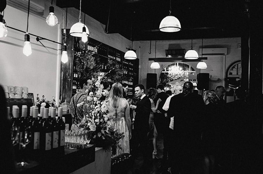 HOLLY & CHRIS: BODA EN TU BAR FAVORITO boda-invitados