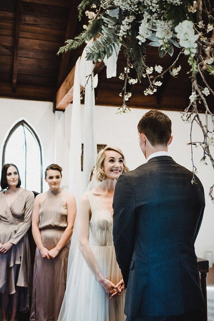 HOLLY & CHRIS: BODA EN TU BAR FAVORITO ceremonia-boda-1-683x1024