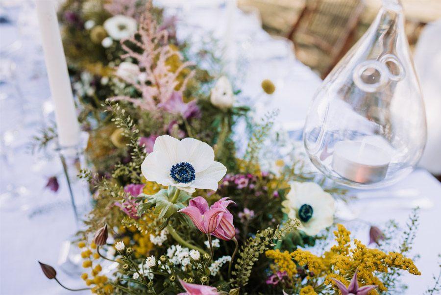 UNA BODA ÍNTIMA EN EL MONTE VASCO flores-mesa-boda
