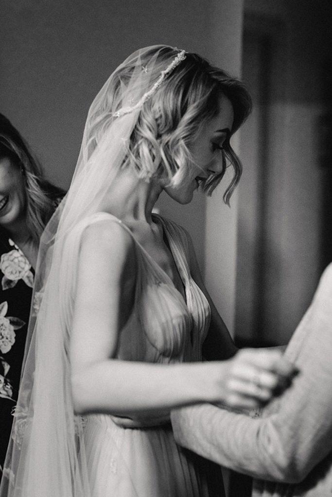 HOLLY & CHRIS: BODA EN TU BAR FAVORITO novia-vestido-1-683x1024
