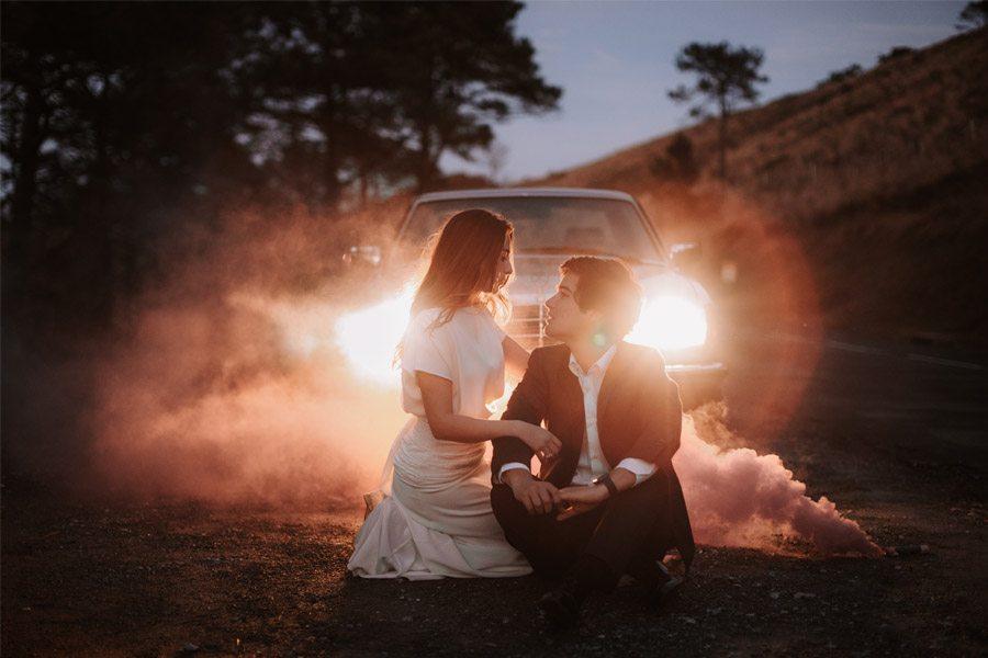 UNA BODA ÍNTIMA EN EL MONTE VASCO novios-coche-boda