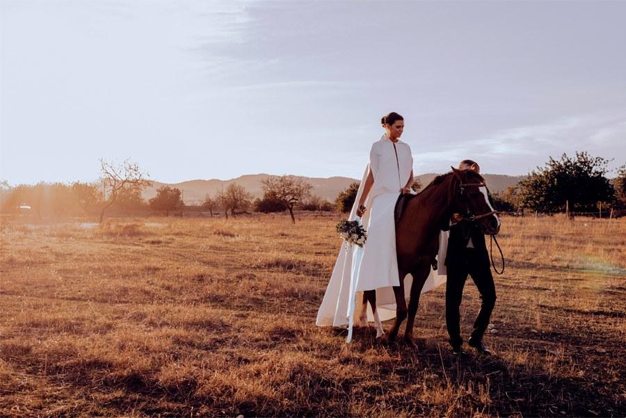 UNA BODA DE INVIERNO EN MALLORCA paseo-caballo-novios