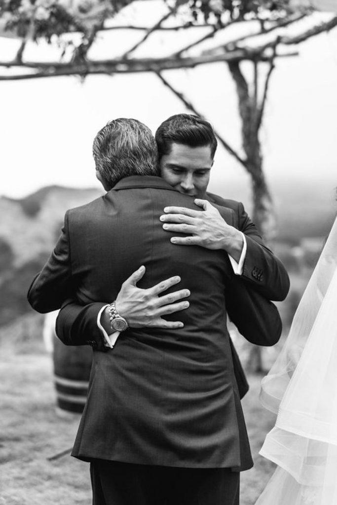 EL PADRE DEL NOVIO abrazo-novio-y-padre-683x1024