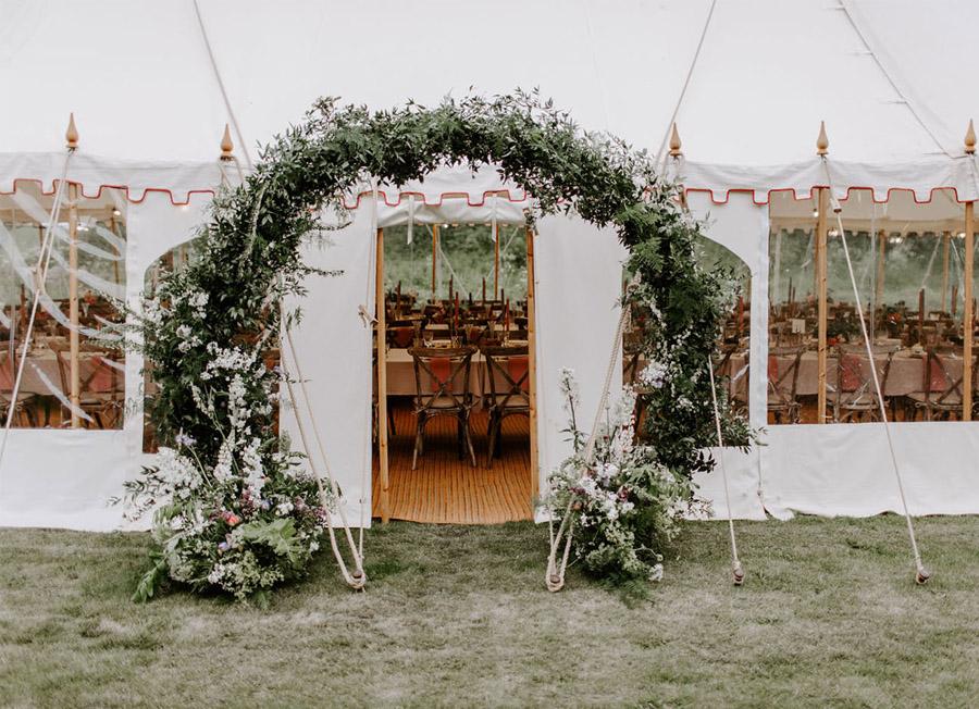 ZOE & JACOB: BODA EN LA CAMPIÑA INGLESA arco-flores-boda