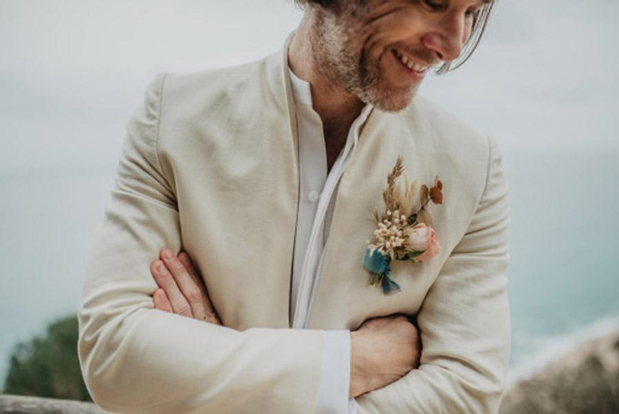 SALACIA, UNA SLOW WEDDING EN LA COSTA MEDITERRÁNEA estilismo-novio-boda-playa