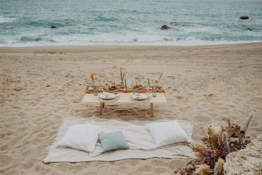 SALACIA, UNA SLOW WEDDING EN LA COSTA MEDITERRÁNEA mesa-boda-playa