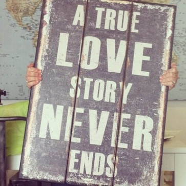 Cartel de madera A True Love Story Never Ends 70x50cm