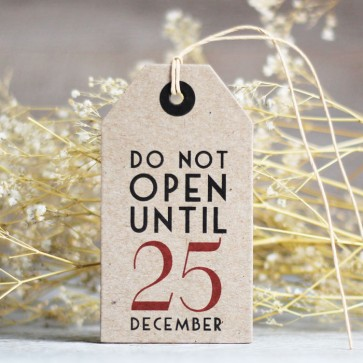 Etiquetas do not open until 25 december