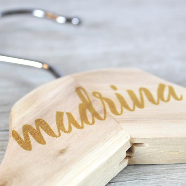 Percha caligrafiada madrina | Una Boda Original