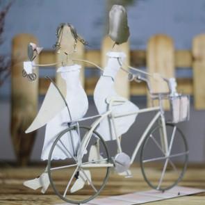 Pareja de dos chicas en bici.
