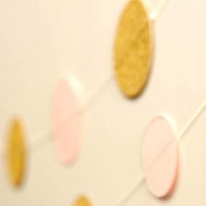 Guirnalda de círculos de papel dorados y rosa palo