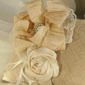 Portalianzas de arpillera con flor